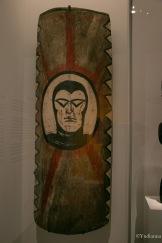 """Bouclier en bois décoré de la figure du """"Phantom"""", fin du 20ème siècle, Papouasie-Nouvelle-Guinée"""